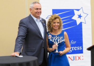 Wasserman Schultz gets hero's welcome from Jewish Democrats for fixing it for Hillary